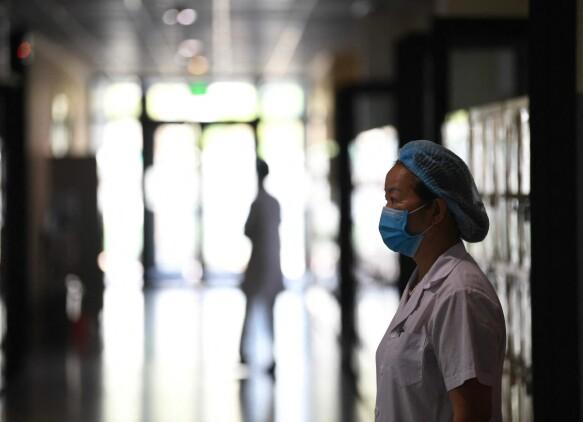 Scuola: un operatore sanitario si trova fuori da un'aula utilizzata come centro di test a Vinschool, una scuola privata di Hanoi.