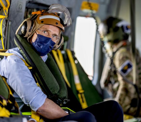 BEKYMRET: Nato-sjefen er bekymret for Kina og Russlands framvekst i nordområdene. Her fotografert ombord i et helikopter på vei til hangarskipet HMS Queen Elizabeth i Atlanterhavet.