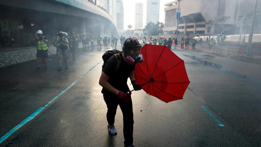 Ombrello contro la polizia: gli ombrelli sono diventati uno dei simboli dei manifestanti.