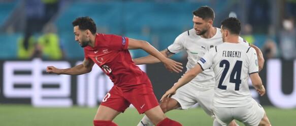 Il centrocampista turco Hakan Calhanoklu, l'attaccante italiano Dominico Ferrari e il difensore italiano Alessandro Florenci si sfideranno per il pallone durante il girone di UEFA Euro 2020.  Partita di calcio tra Turchia e Italia dell'11 giugno 2021 allo Stadio Olimpico di Roma.  / AFP)