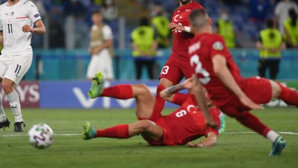 Calcio Calcio - Euro 2020 - Gruppo A - Turchia v Italia - Stadio Olympico, Roma, Italia - 11 giugno 2021 Umud Maras della Turchia guarda Marie Demirel Un pool di goal nativi via REUTERS / Mike Hewitt