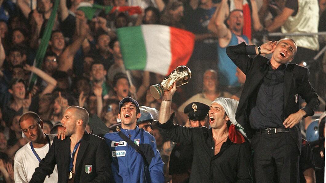 Campioni del Mondo: l'Italia vince il Mondiale 2006 in Germania.  Qui Gianluogi festeggia a mano la Coppa Buffon.