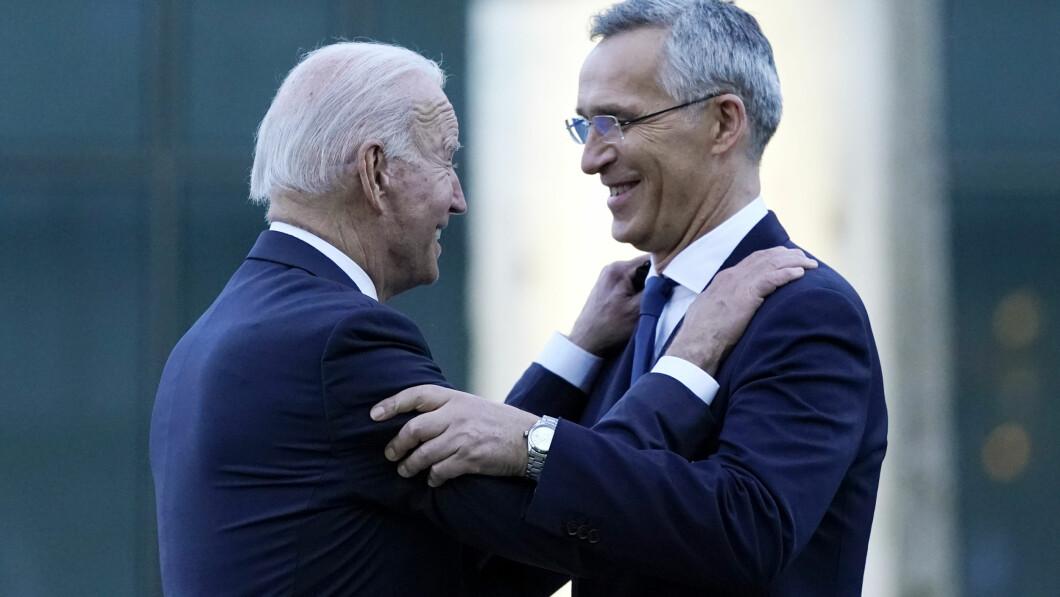 President Joe Biden en NAVO-secretaris-generaal Jens Stoltenberg spreken tijdens een bezoek aan het monument voor de terroristische aanslagen van 11 september op het NAVO-hoofdkwartier in Brussel, maandag 14 juni 2021 (AP Photo/Patrick Semansky)