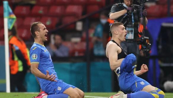 Ukrainas spiss Artem Dowbik (R) feirer sitt andre mål i UEFA Euro 2020-åttendedelsfotballen mellom Sverige og Ukraina 29. juni 2021 på Hampton Park i Glasgow. (Foto av Lee Smith / Pool / AFP)