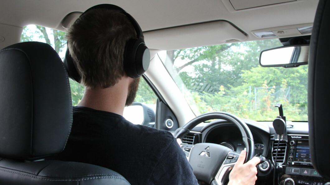 Mange bruker hodetelefoner mens de kjører bil. Ifølge en ny undersøkelse kan det skape både farlige og ubehagelige situasjoner.