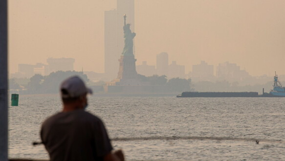 Fumo: mercoledì non è stato facile vedere la Statua della Libertà a New York attraverso il fumo.