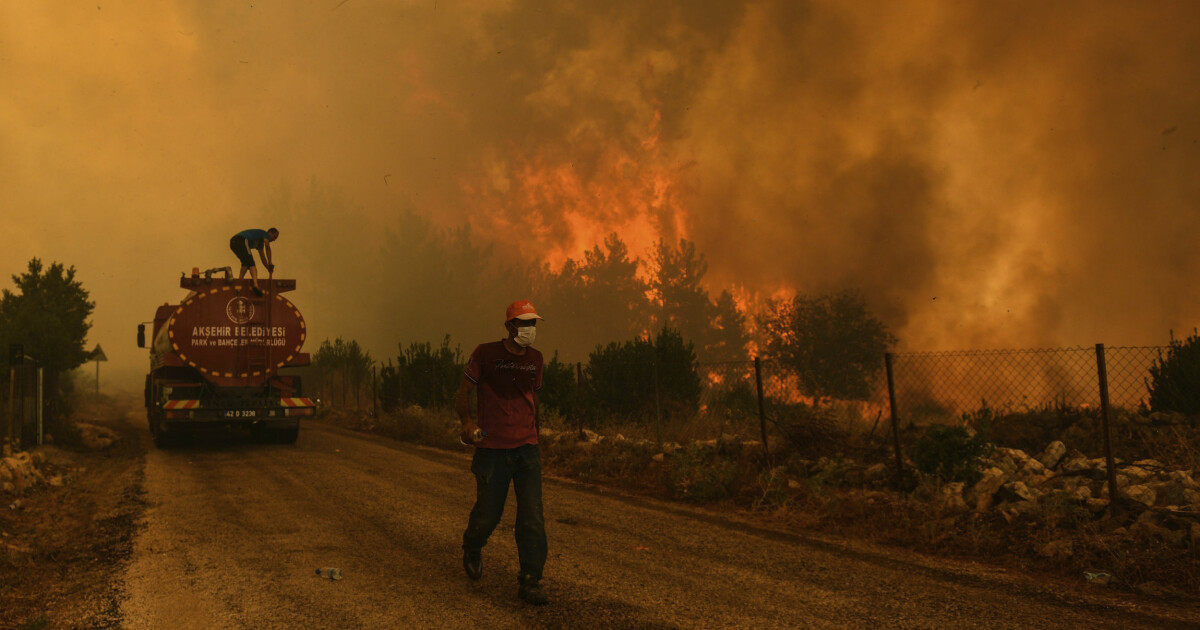 Ferieparadis ble inferno: Turister og lokalbefolkning i desperat flukt