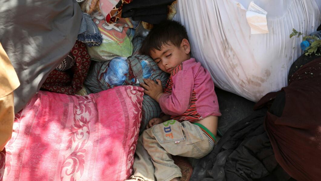 Migliaia sono stati mandati in fuga dopo i combattimenti.  Ecco un bambino solitario che dorme in un parco a Kabul.