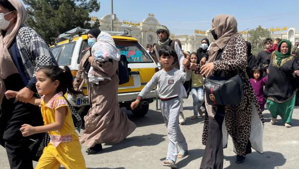Vrouwen en kinderen probeerden maandag wanhopig de luchthaven van Kabul te bereiken.