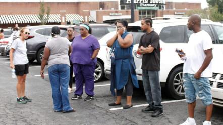 Angst: Bezorgde ouders verzamelden zich na de schietpartij in een winkelcentrum.  De school is gesloten en de politie is nog op zoek naar de dader.  Foto: Skip Foreman/AP/NTB