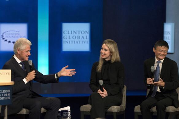 L'ex presidente Bill Clinton in conversazione con Elizabeth Holmes e uno degli uomini più ricchi del mondo, il fondatore di Alibaba Group Jack Ma, durante l'incontro annuale della Clinton Global Initiative a New York.  Settembre 2015. REUTERS/