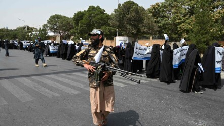 Taliban fighters escort women marking support for the regime on Saturday, September 11.  Photo: Aamir QURESHI / AFP / NTB