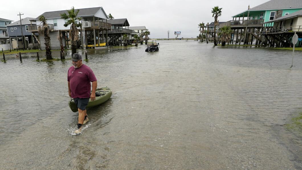 Bubba Ferguson traina una barca per le strade del Texas.