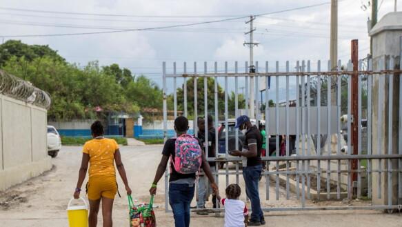 Ritorno: una famiglia haitiana lascia l'aeroporto di Port-au-Prince dopo essere stata deportata dagli Stati Uniti.  Molti rimpatriati dicono che cercheranno di lasciare Haiti di nuovo il prima possibile.