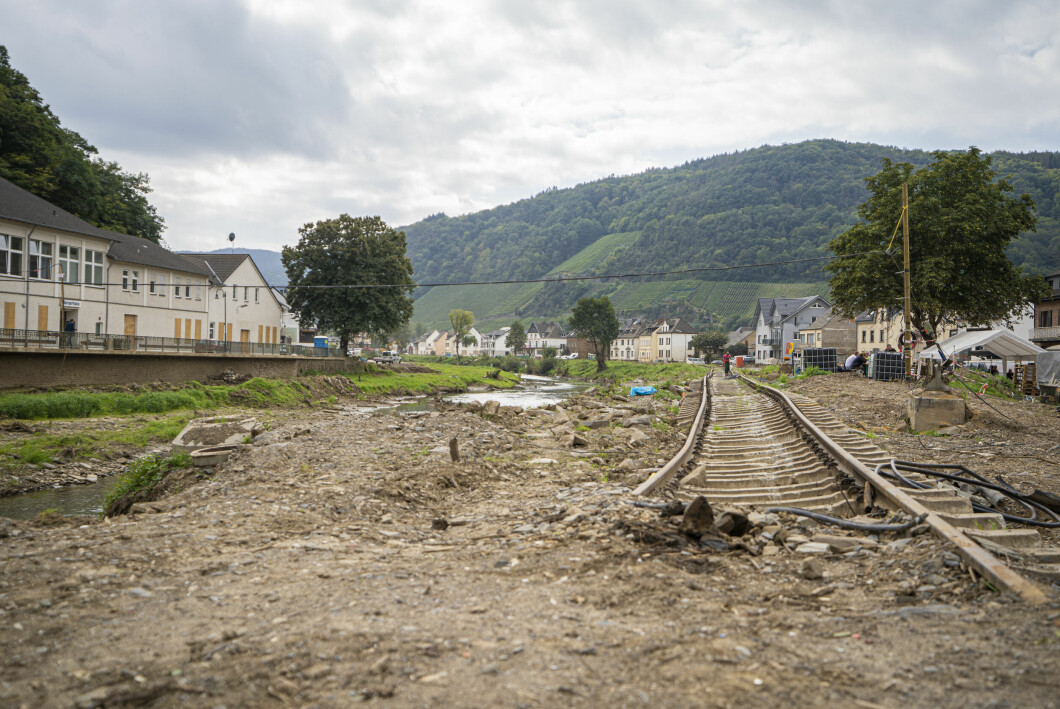 Il binario ferroviario nel villaggio di Denau nella valle dell'Ahar.