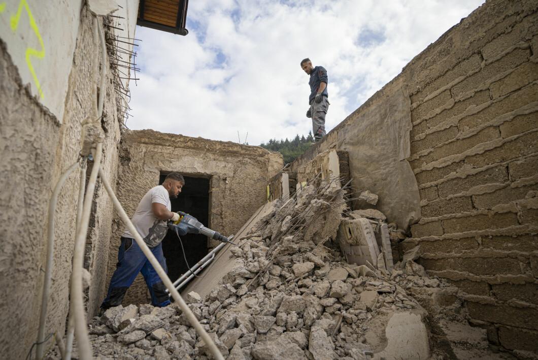 I lavori di demolizione e ricostruzione sono ancora in pieno svolgimento.
