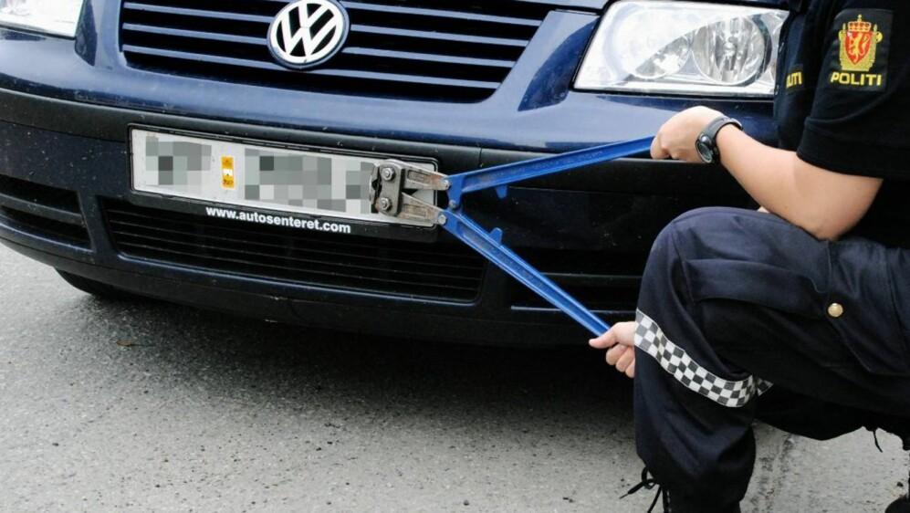 <div>Hvis du blir stoppet i kontroll og ikke har betalt årsavgiften – da ryker skiltene. 300.000 norske bileiere har dårlig tid på å gjøre opp for seg nå. Illustrasjonsfoto: ta.no</div>