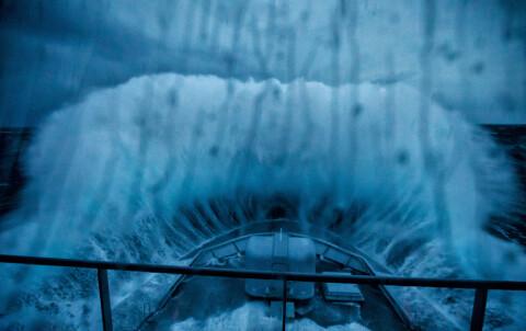 Her er KV Svalbard ute i stormen