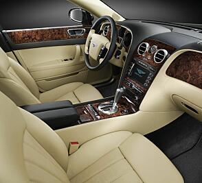 Ingen tvil om at dette er interiøret på en luksusbil. Men alderen merkes, blant annet på instrumenter og infotainmentsystem.