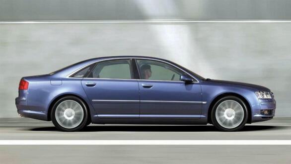Klassiske, rene og elegante linjer preger aluminiumskarosseriet til Audis største sedan.