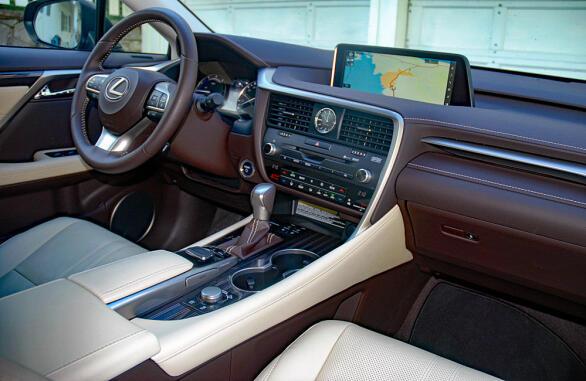 Interiøret er pent, litt annerledes og underbygger det komfortable. Materialkvalitet og finish er i toppklasse.