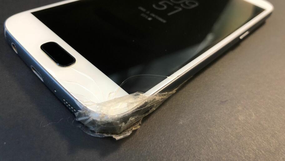 425c1321 FORT GJORT: Et fall i bakken kan være nok til å ødelegge telefonen.  Illustrasjonsfoto