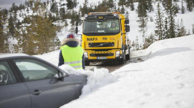 Hvis bilen har stått lenge i kulda, kan det gå hardt ut over batteriet. Da kan veihjelp være eneste utvei. Foto: NAF.