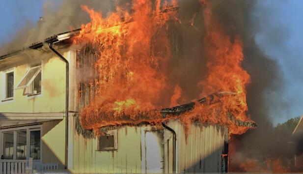 Brannen spredte seg raskt til hele huset, det sto ikke til å redde. Foto: Räddningstjänsten Sunne