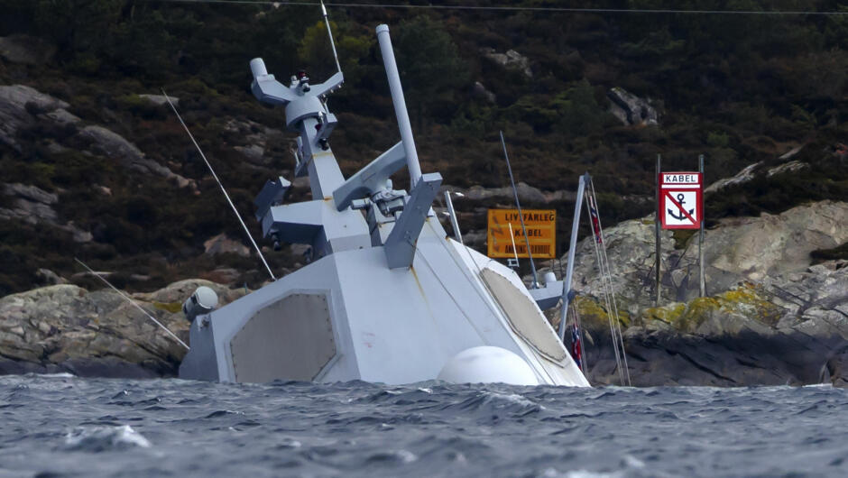 SIKRING: Det pågår kontinuerlig arbeid rundt den havarerte fregatten KNM Helge Ingstad. Havaristen er så vidt synlig over vannskorpen etter at skipet sank ytterligere tirsdag. Foto: Cornelius Poppe / NTB scanpix
