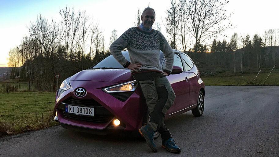 f9beb7a5 Hvordan får en så stor mann plass i en så bitte-liten bil? Det
