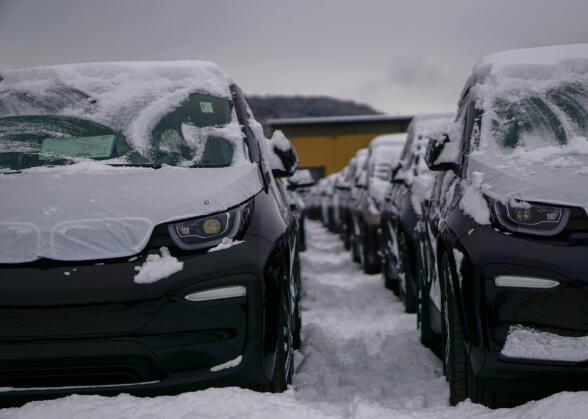 Etter ankomst i Drammen, blir bilene klartgjort og får påmontert vinterdekk.