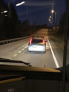 Her er en av dem: Elbil som ligger godt under fartsgrensa, med bussen like bak. Og selvsagt ingen planer om å flytte seg ...