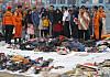ALLE OMKOM: Slektninger av passasjerene etter flystyrten lette gjennom personlige eiendeler som klær og sko som var funnet i sjøen dager etter flystyrten.