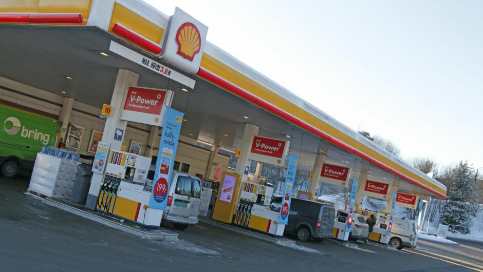 BYGGET OM: Ladepunktene på denne Shell-stasjonen er svært populære. Stasjonen er bygget om for å betjene kunder som ikke skal fylle bensin eller diesel. Foto: Lars Barth-Heyerdahl/TV 2