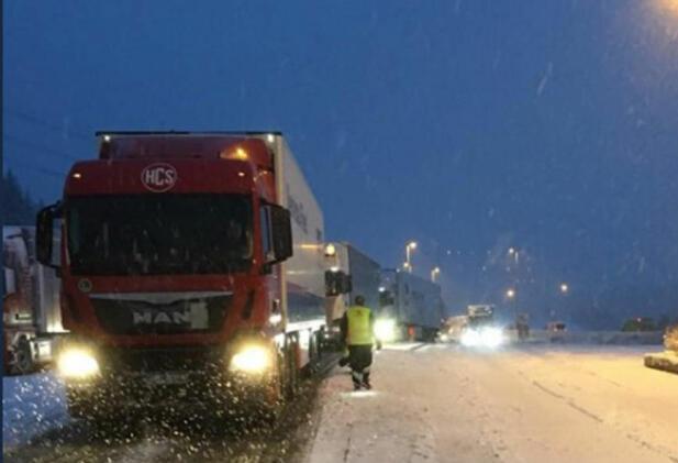 Statens vegvesen jobber også preventivt. Her fra Taraldrud kontrollstasjon i Ski ved denne vinterens første store snøfall. En rekke tyngre kjøretøy ble stoppet og holdt igjen til forholdene ble litt bedre. Foto: Statens vegvesen.