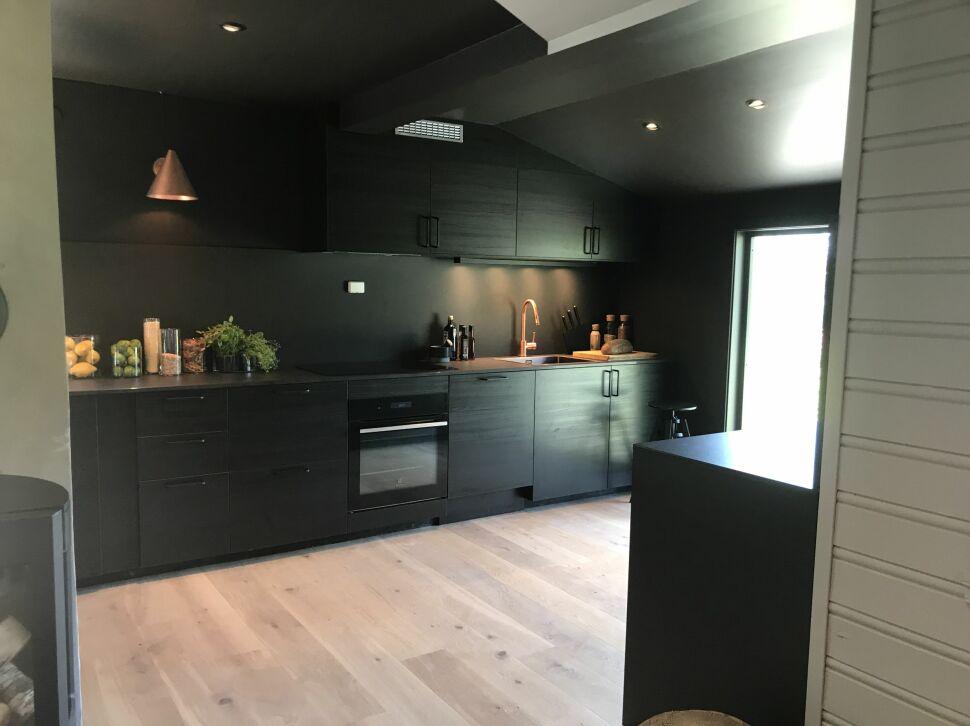 svart kjøkken