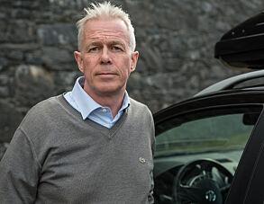 Kommunikasjonssjef Arne Voll i Gjensidige mener det bør svi mer å bruke mobilen mens man kjører bil..
