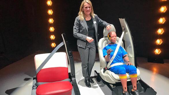 Professor Lotta Jacobsen har jobbet med sikkerhet i 25 år hos Volvo. Her viser hun utviklingen som har vært gjennom 60 år. Prinsippet er det samme, men veldig mye er forskjellig.