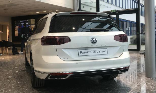 VW har gitt Passat en ganske forsiktig facelift. Den midtstilte PASSAT-bokstaveringen i hekken er ett av de nye elementene på bilen.