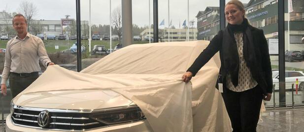 Produktsjef Jørgen Bjerkan og kommunikasjonssjef Anita Svanes hos den norske VW-importøren avduker det første eksemplaret av nye Passat GTE. Bilen kommer på markedet i september.
