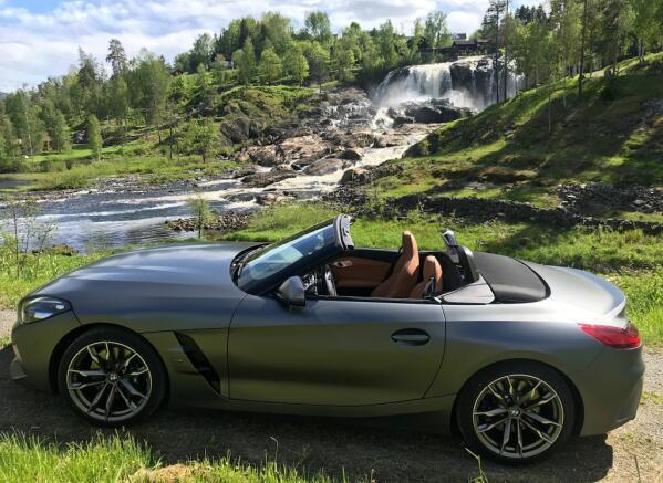 Norsk sommer kan virkelig være en drøm for cabriolet-eiere. Her med vakre Haugfoss i Modum bakgrunnen.
