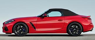 Her er Z4 med knallrød lakk og taket oppe. Profilen minner faktisk en god del om Mercedes SLS roadster.