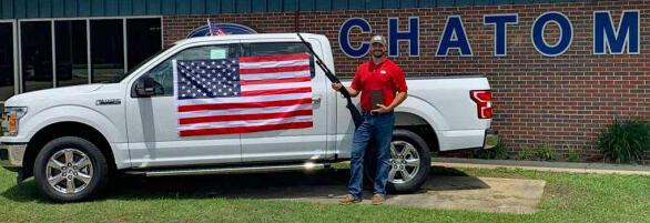 Kjøp pickup og få med flagg, bibel og hagle! Foto: Chatom Ford.