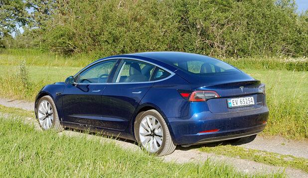 Tesla Model 3 er Norges mest solgte bil så langt i år. Her blir det ingen endringer på moms eller avgift til neste år.