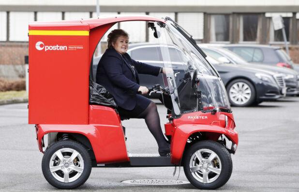 Postbilen Paxster bygges i Sarpsborg og skiller seg helt klart ut i trafikken. Her med statsminister Ena Solberg i førersetet.