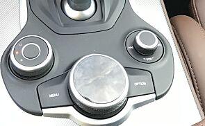Menyhjul i stedet for touchskjerm er gull verdt! Like lett å bruke som BMW sitt system er det imidlertid ikke.