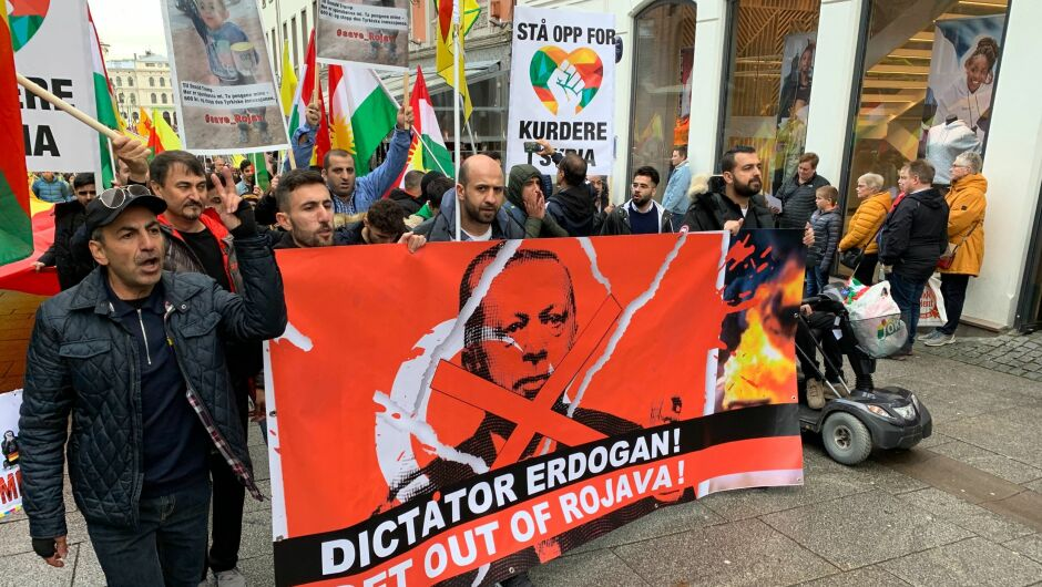 DEMO: I Oslo demonstrerte mellom 3000 og 4000 mennesker mot Tyrkias angrep mot Syria lørdag. Høyt over hodet holdt de bannere med teksten «Stå opp for kurdere i Tyrkia».