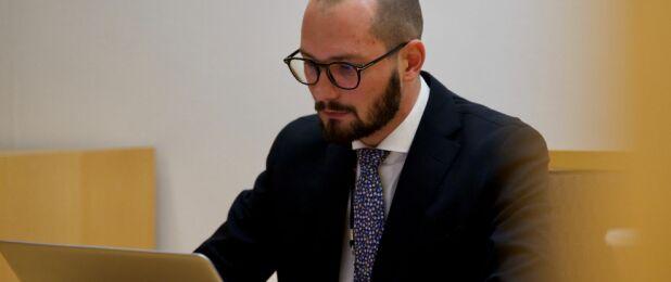 ANKLAGER: Politiadvokat Andreas Kruszewski opplyser at politiet mener Jansen har utnyttet sin rolle som kjendis for å begå omfattende bedragerier. Foto: Truls Aagedal / TV 2