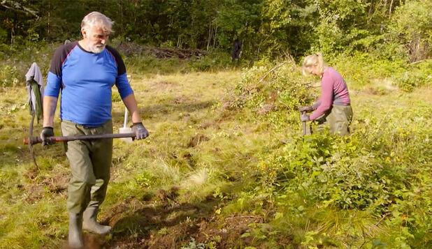 LAUVING: Jan Erik Brodahl (60) og Agna Hollekve (47) i full sving med lauving og rydding av krattskog. Foto: TV 2