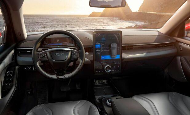 """Mens du kjører har du tilgang til det splitter nye infotainmentsystemet Ford har satt opp. Dette bygger på et 10,2"""" digitalt instrumentpanel og en 15,5"""" hovedskjerm."""